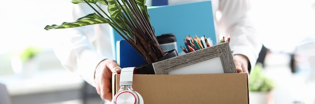 Empresário foi demitido durante recessão econômica oculta e tirando sua propriedade de close-up do escritório