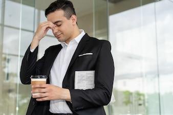 Empresário frustrado cansado, sofrendo de dor de cabeça
