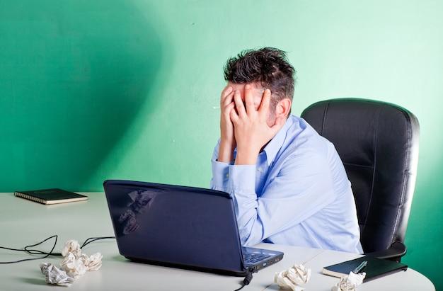 Empresário frustrado em seu escritório