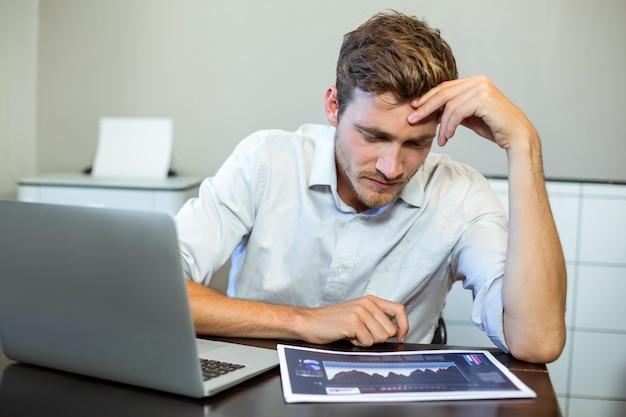 Empresário frustrado, sentado no escritório
