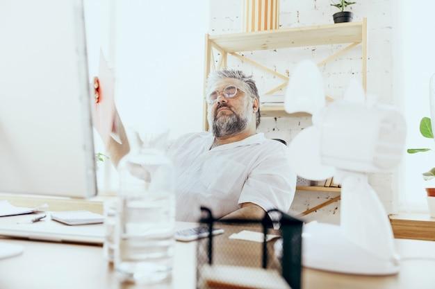 Empresário, gerente sentindo calor no escritório