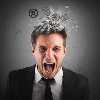 Empresário gritando com molas pulando da cabeça