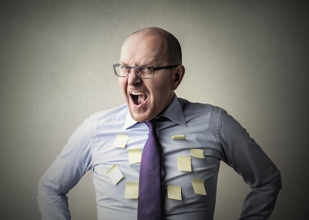 Empresário gritando com raiva