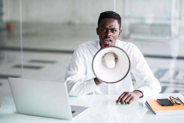 Empresário gritar gritando através de um megafone no escritório