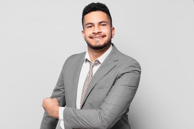 Empresário hispânico com expressão feliz