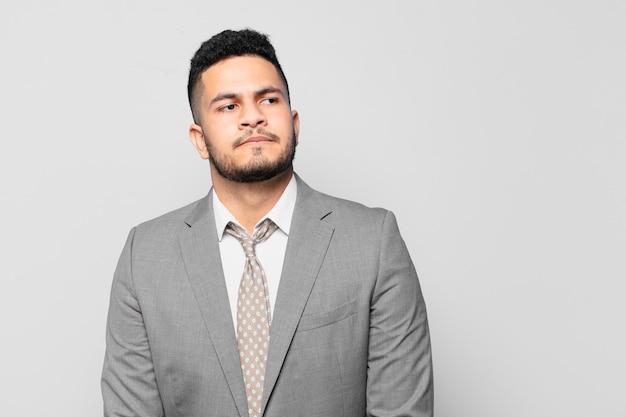 Empresário hispânico em dúvida ou expressão incerta