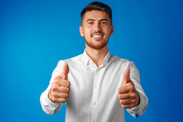 Empresário hispânico positivo mostrando o polegar para cima gesto