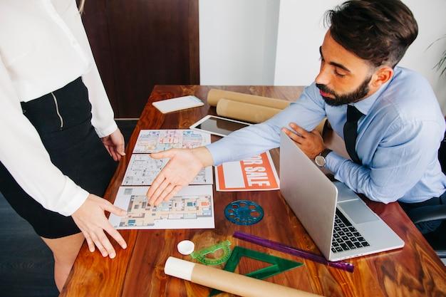 Empresário imobiliário que alcança a mão