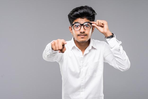 Empresário indiano aponte para você na parede cinza