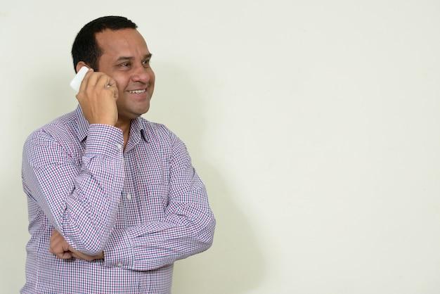 Empresário indiano com cabelo curto branco
