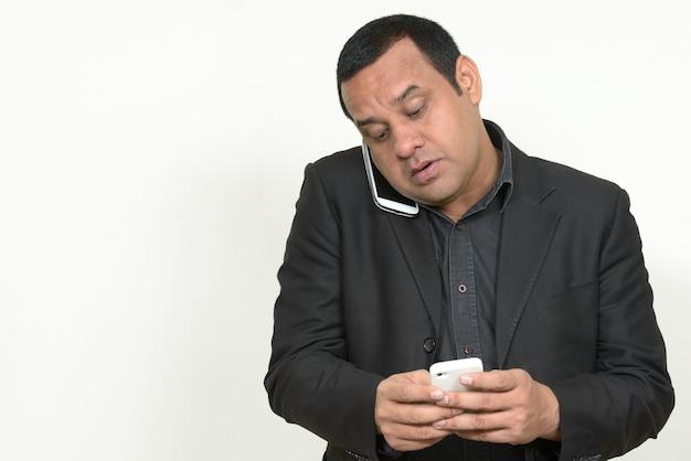 Empresário indiano com cabelo curto em terno branco