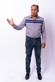 Empresário indiano maduro com excesso de peso com linha do cabelo recuando em branco