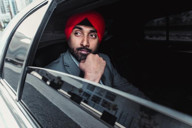 Empresário indiano, seu carro da empresa na índia