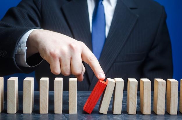 Empresário inicia o processo de queda do dominó.