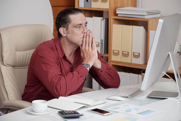 Empresário insatisfeito com seu trabalho