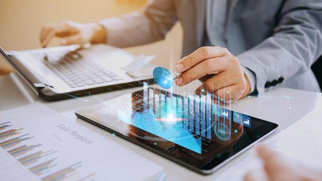 Empresário interage com inteligência artificial para investir conceito de negócio de criptomoeda