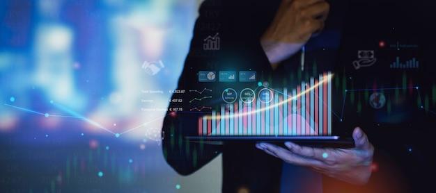 Empresário interage com inteligência artificial para investir conceito de negócios futuros