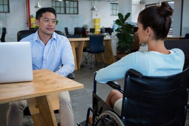 Empresário interagindo com colega com deficiência