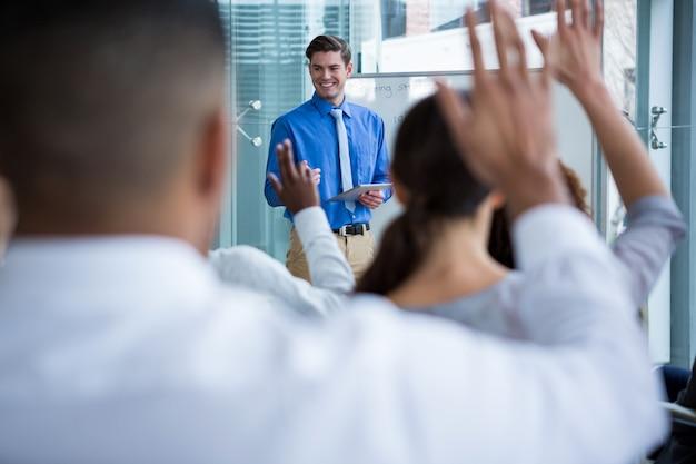 Empresário interagindo com colega