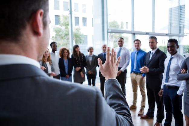 Empresário interagindo com colegas
