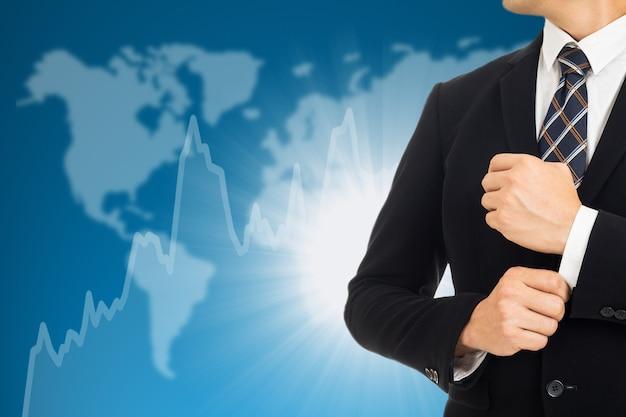 Empresário investidor fica frente de gráfico crescente.