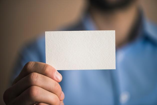 Empresário irreconhecível com cartão