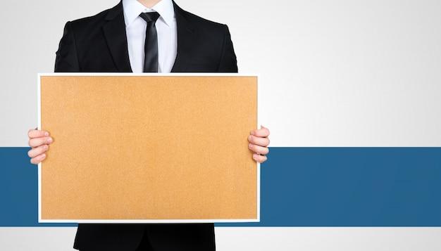 Empresário irreconhecível em um terno preto formal apresentando, mostrando cópia espaço para seu projeto
