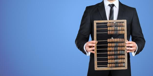 Empresário irreconhecível, mostrando-lhe um ábaco vintage. conceito de negócios