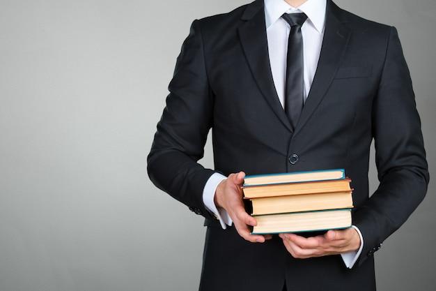 Empresário irreconhecível, segurando um livro closeup