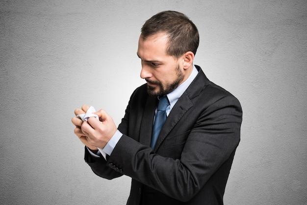 Empresário irritado amassando um documento