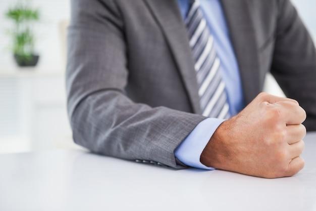 Empresário irritado batendo o punho