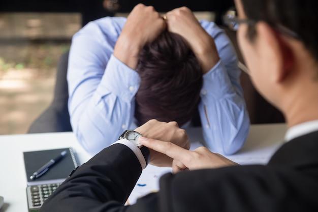 Empresário irritado e apontando seu relógio inteligente como conceito de chegar tarde no trabalho