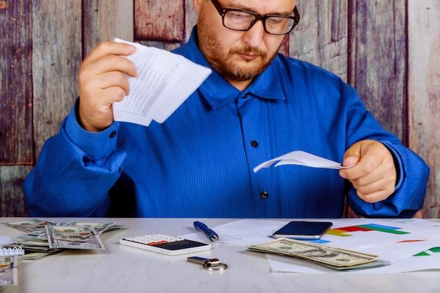 Empresário irritado tem stress e problemas com relatórios ruins
