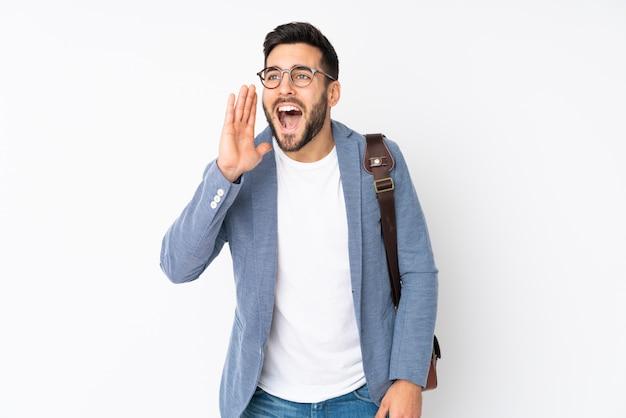 Empresário isolado na parede branca, gritando com a boca aberta