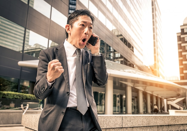 Empresário japonês em tóquio com terno formal
