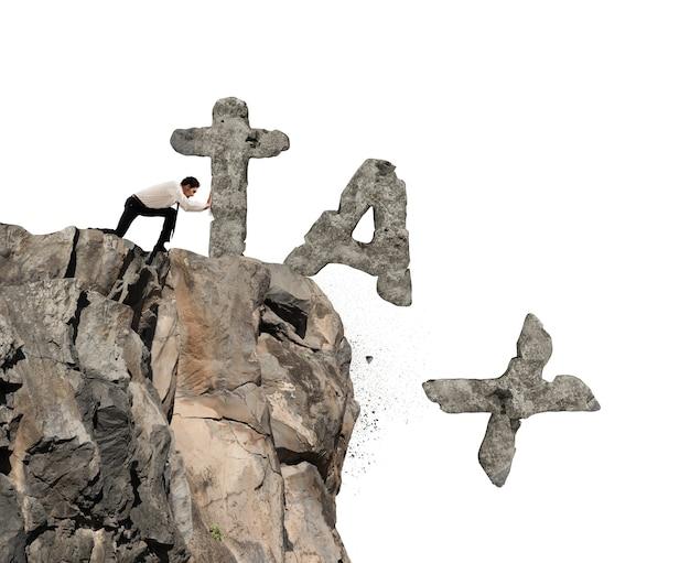 Empresário joga da montanha a palavra tax feita de rocha pesada