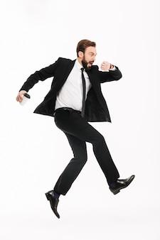 Empresário jovem assustado correndo isolado