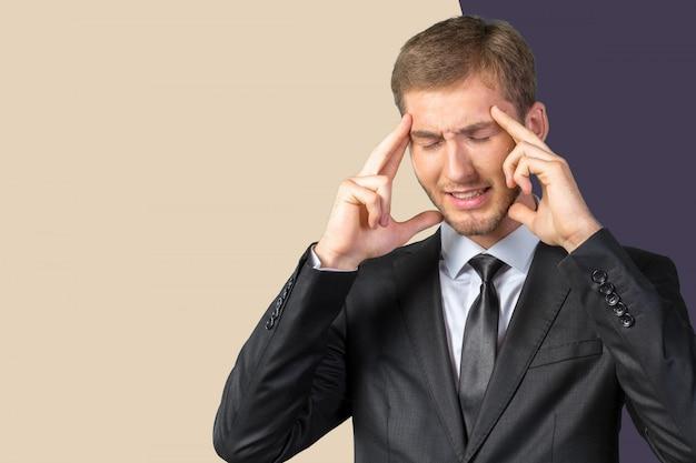 Empresário jovem bonito frustrado