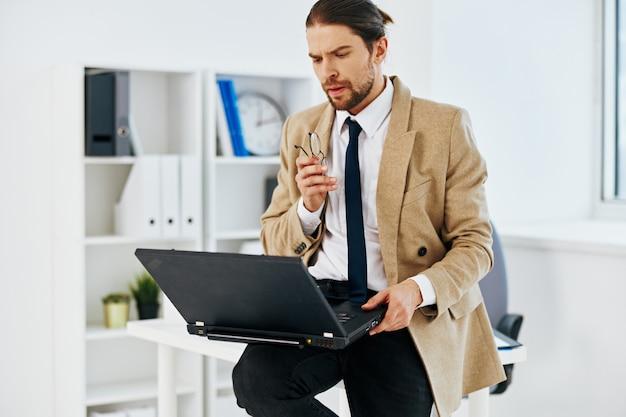 Empresário, laptop oficial, trabalho, escritório, estilo de vida