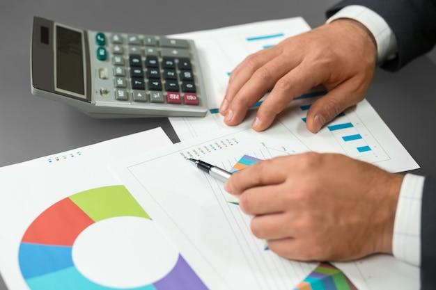 Empresário lê dados analíticos. novas informações sobre nosso progresso. uma tarefa chata de fazer. cálculos difíceis.