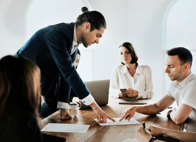 Empresário lendo documento em reunião