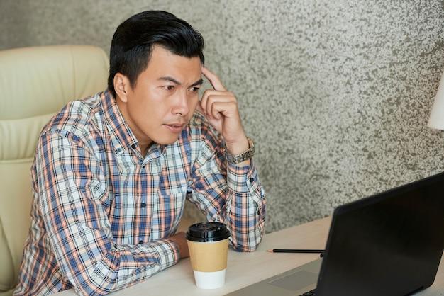 Empresário lendo e-mails