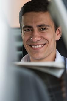 Empresário lendo notícias em seu carro