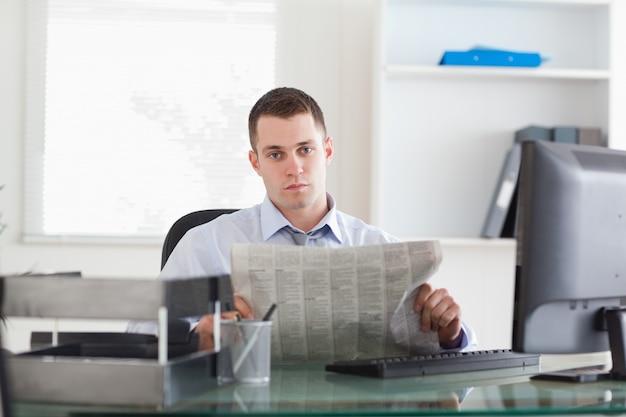 Empresário lendo notícias