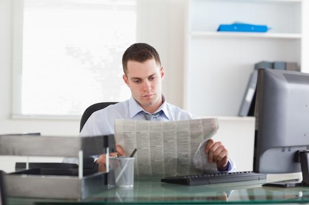 Empresário lendo o jornal