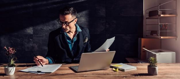Empresário lendo um currículo para uma entrevista de emprego