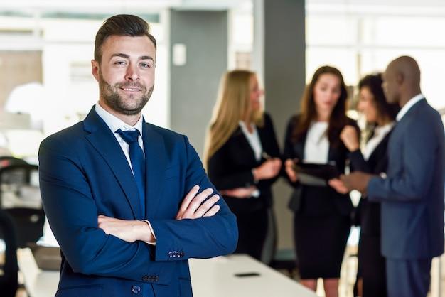 Empresário líder em escritório moderno com empresários trabalhando