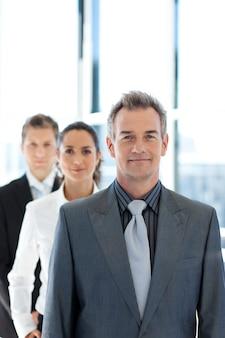 Empresário, liderando uma equipe de negócios em linha