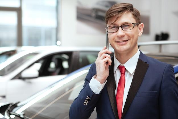 Empresário maduro na concessionária de carros
