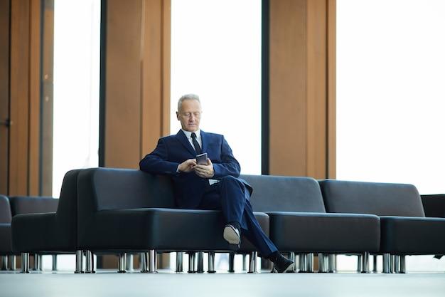 Empresário maduro no lobby